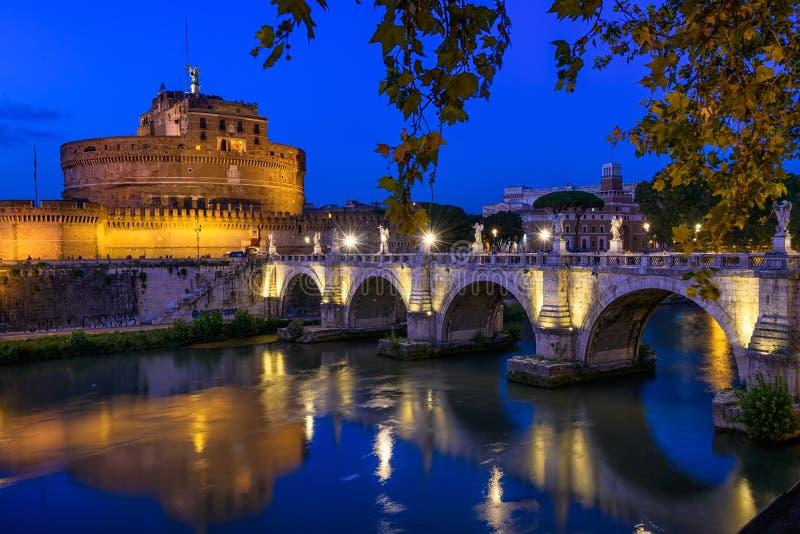 城堡Hadrian、桥梁Sant安吉洛和河台伯河Sant安吉洛陵墓夜视图在罗马 免版税库存图片