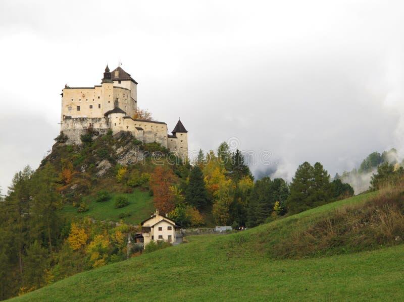 城堡Tarasp在秋天 免版税库存照片