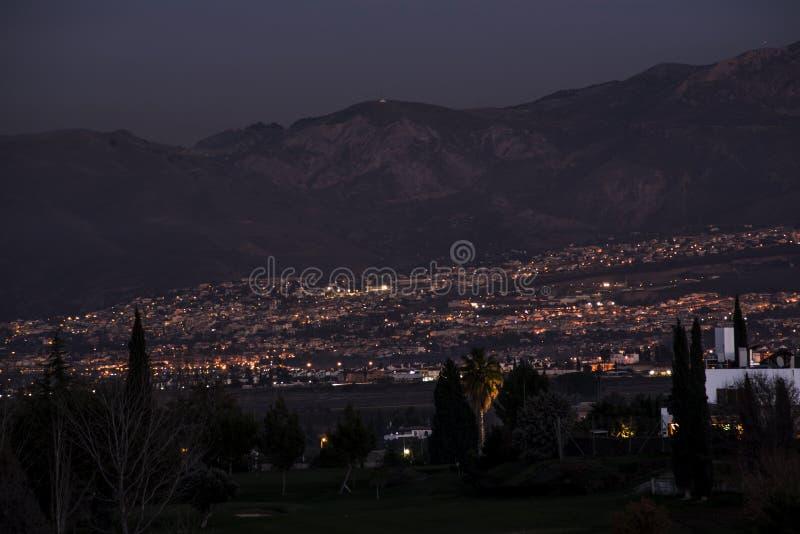 城市格拉纳达黄昏的 库存图片