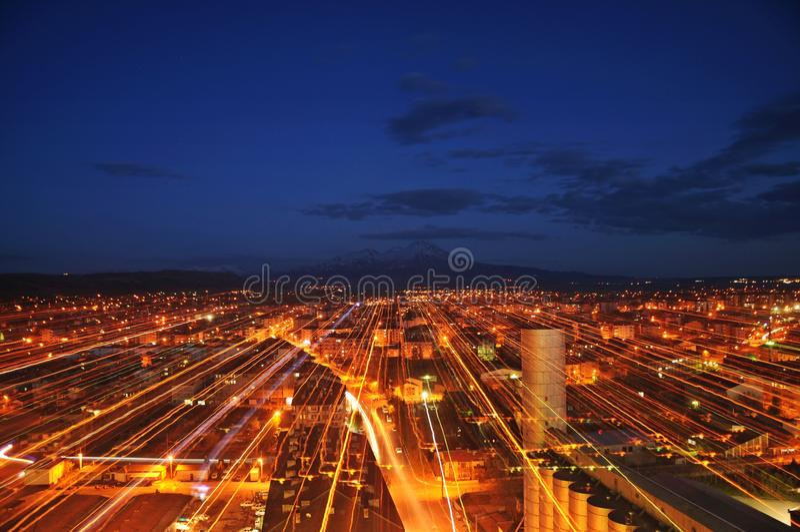城市†‹â€ ‹和夜蓝色和红色 免版税库存照片