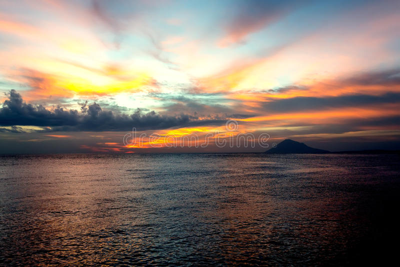 城市万鸦老,北部苏拉威西岛剧烈的天空和火山 免版税库存图片