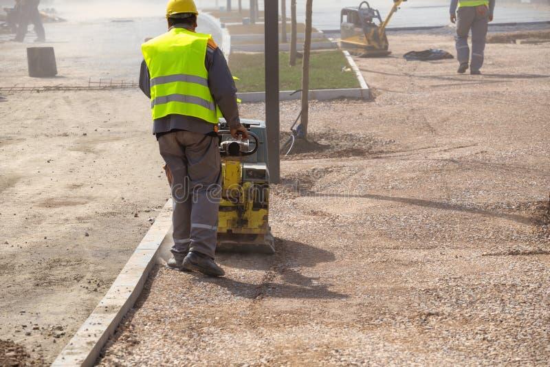 城市与工作者变紧密的土壤的公园重建 免版税库存照片