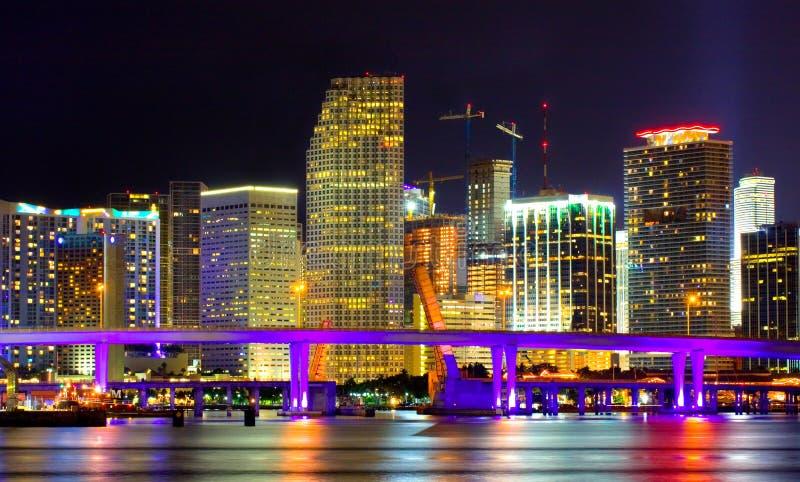 城市五颜六色的佛罗里达迈阿密晚上&# 免版税库存图片