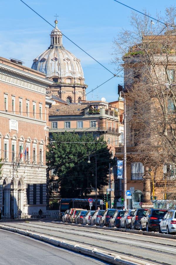 城市交通在罗马,意大利 在线的汽车在路 免版税图库摄影
