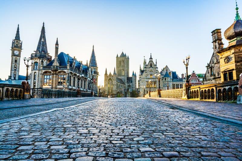 城市从圣Michael's桥梁的地标地平线在日出在跟特,比利时 免版税库存图片