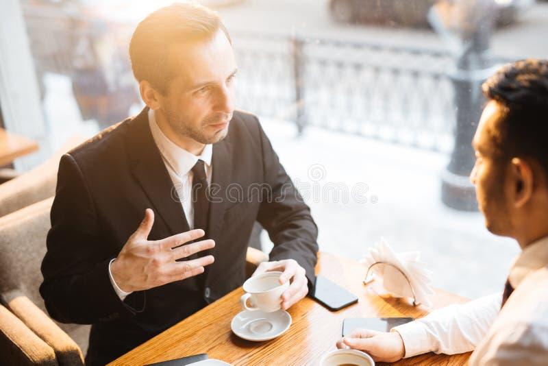 城市会议在咖啡馆 免版税库存照片