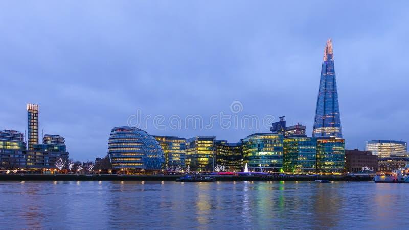 Download 城市伦敦晚上 编辑类图片. 图片 包括有 大厅, 办公室, 金属, scape, 散步, 天空, 都市风景 - 72370395