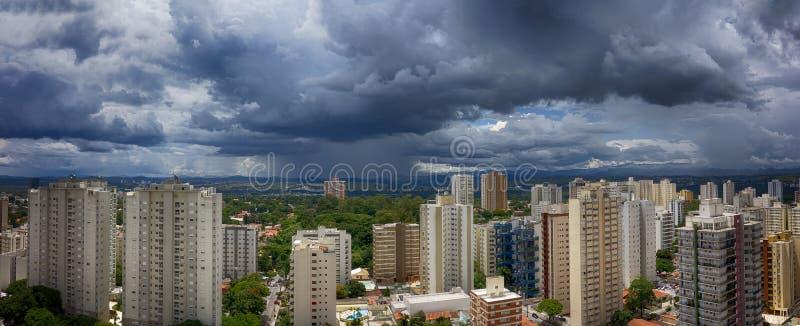 城市佐尾Jose Dos坎波斯-圣保罗,巴西的全景HDR照片有多云天空的- 库存图片