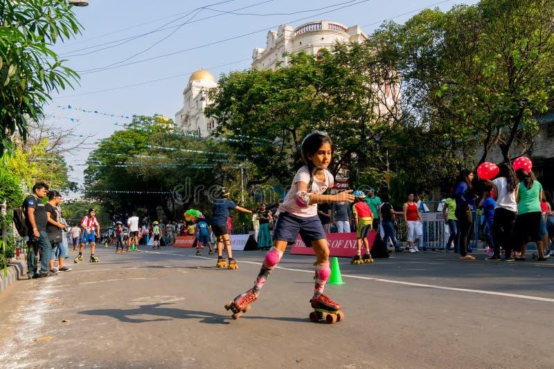 城市儿童滑旱冰在公园街道,加尔各答上 库存照片