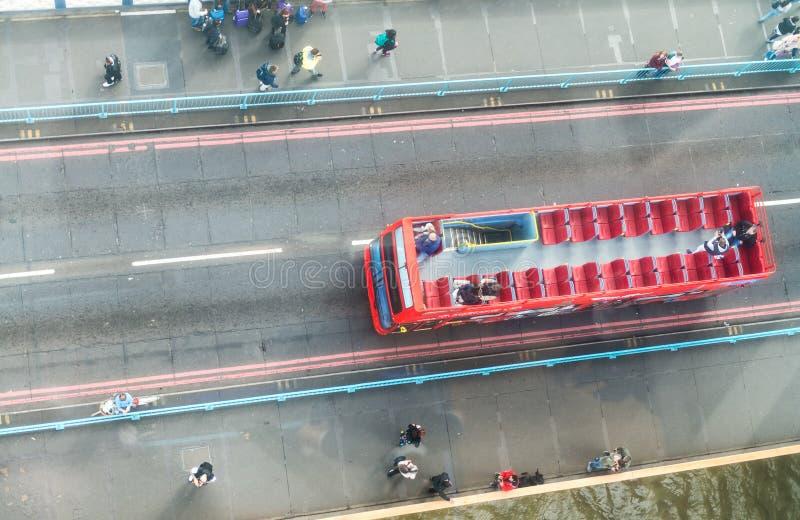 城市公共汽车过桥,空中顶上的看法 库存照片