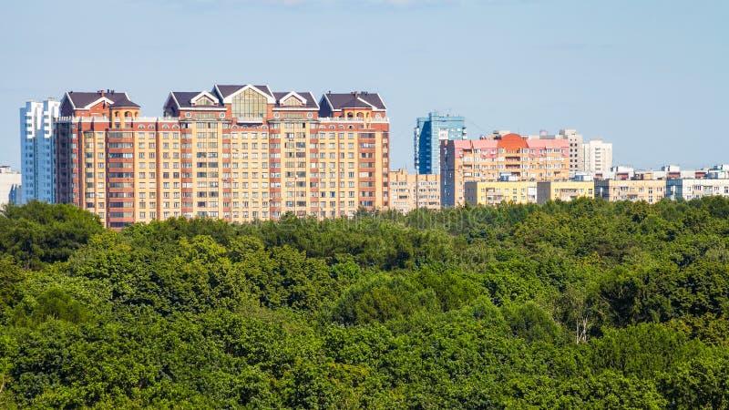城市公园和公寓全景  免版税库存图片
