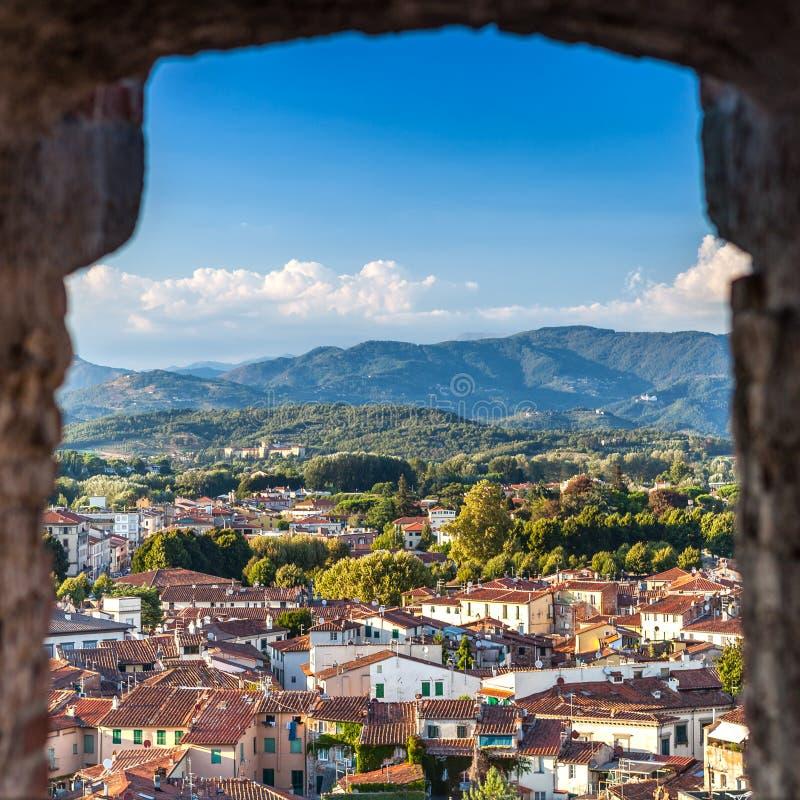 城市卢卡有背景五颜六色的绿色山脉,意大利生动的屋顶  免版税库存图片