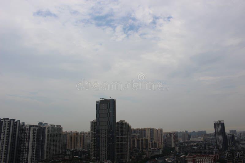 城市和多云天空 库存照片