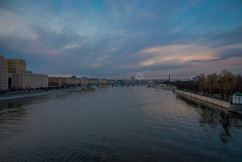 城市和河堤防,从Andreevsky桥梁拍的照片美好的室外看法,市中心普遍的地方为 库存图片