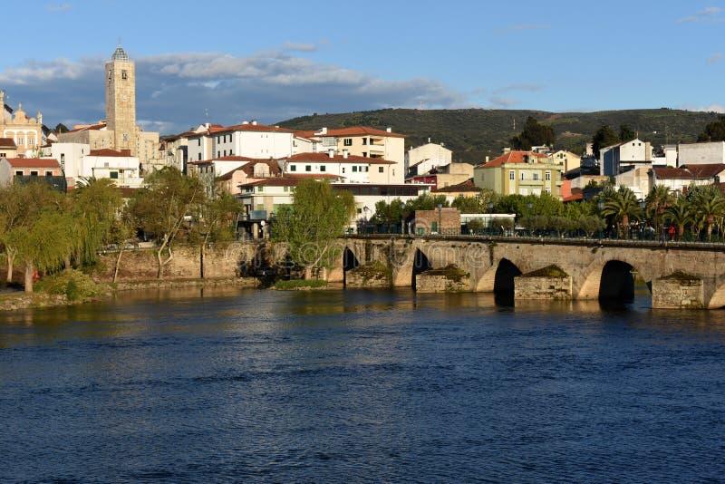 城市和罗马式桥梁Mirandela, 库存图片