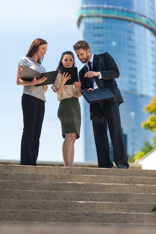 城市商人使用片剂计算机的女队 免版税库存图片