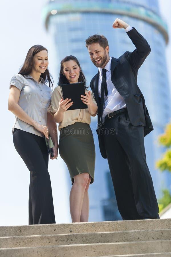 城市商人使用片剂计算机的女队 库存图片