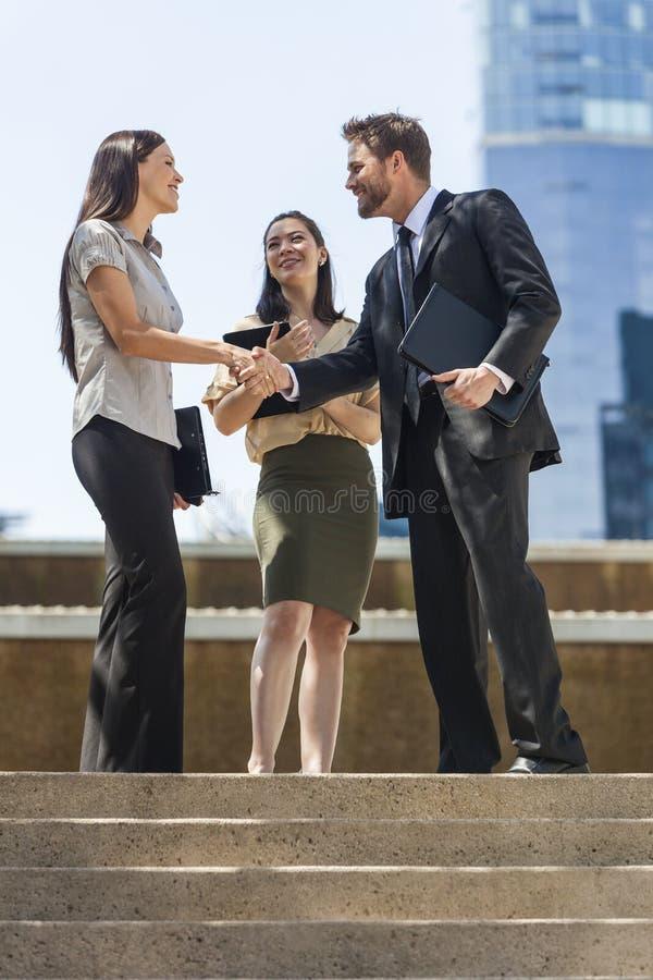 城市商人握手的女队 库存图片