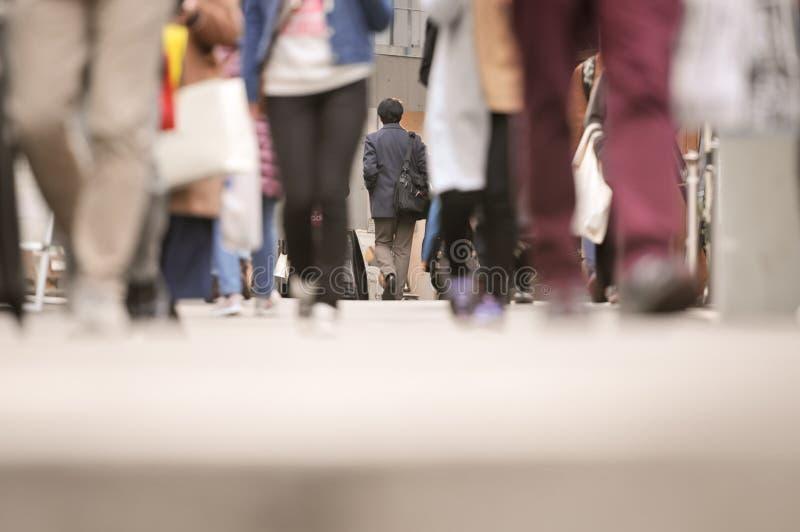 城市商人走在商业街的,人走的背景焦点 免版税库存图片