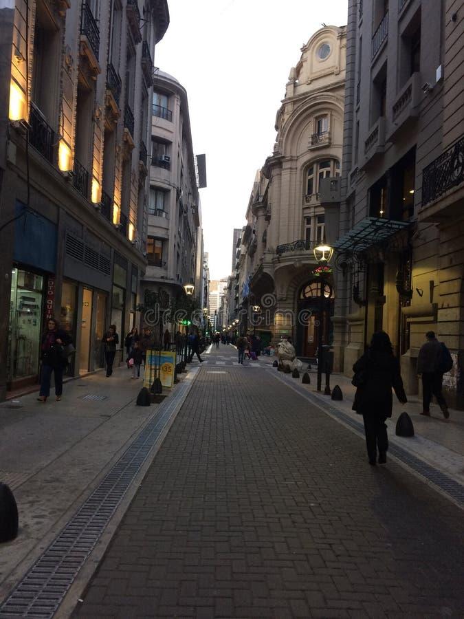 城市回来视图的步行者在家 免版税库存照片
