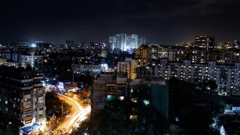 城市在与大厦的晚上 免版税库存照片