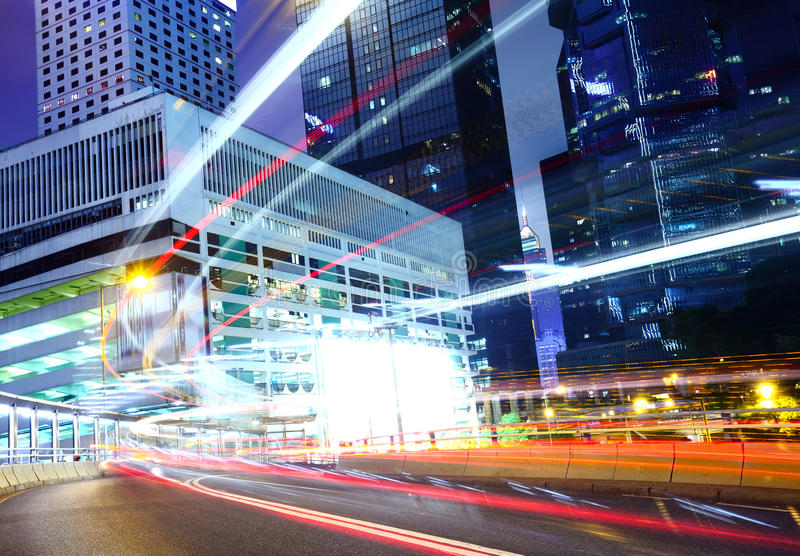 城市在与繁忙的交通的晚上 免版税库存图片