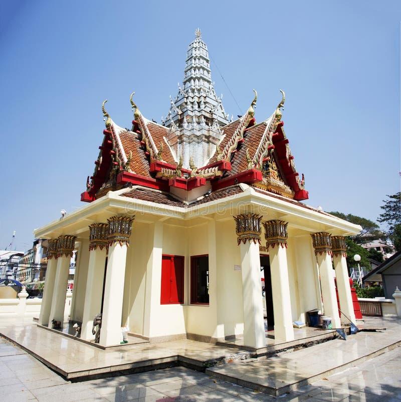 城市在中心城市的柱子寺庙在Prachinburi,泰国 库存图片