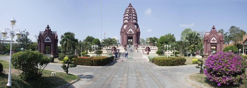 城市在中心城市的柱子寺庙在Prachuap Khiri Khan,泰国 免版税库存照片