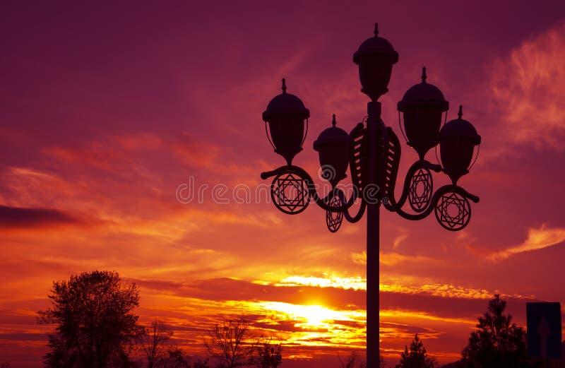 城市在夏天日落的公园灯 库存照片