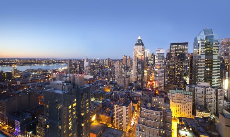 城市在日落的地平线光 库存图片