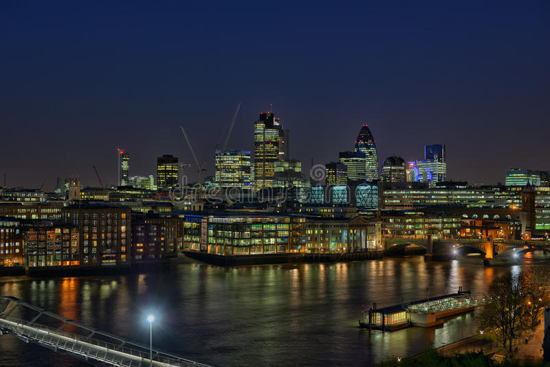 城市在河泰晤士的伦敦黄昏 免版税图库摄影