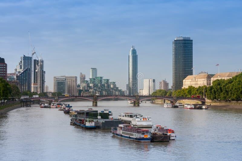 城市在泰晤士河的游轮,背景兰贝斯增殖比的 免版税库存照片