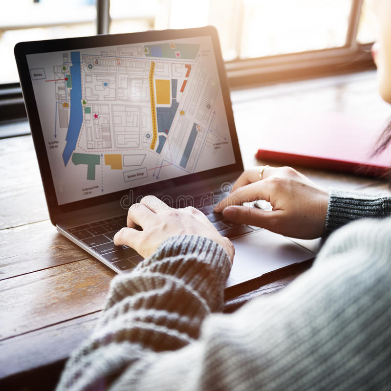城市地图计划概念的亚裔夫人Looking 库存图片