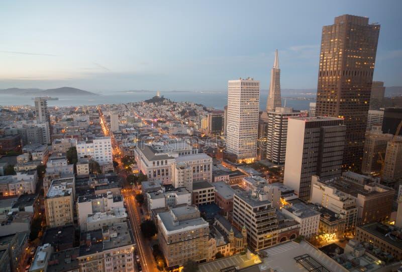 城市地平线和旧金山湾鸟瞰图从街市,黄昏 免版税库存图片