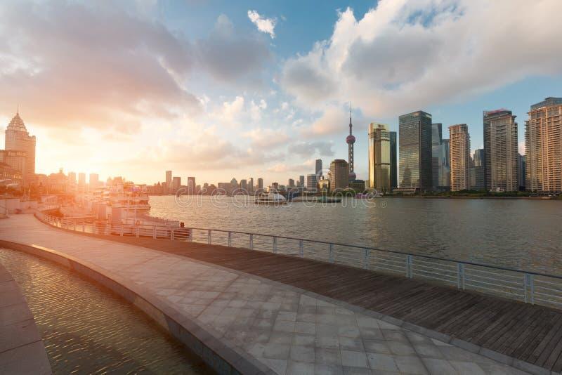 城市地平线和河足迹在浦东,上海,中国 库存照片