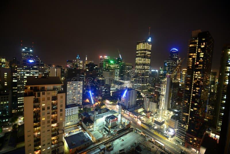 城市地平线和现代大厦在夜间 图库摄影