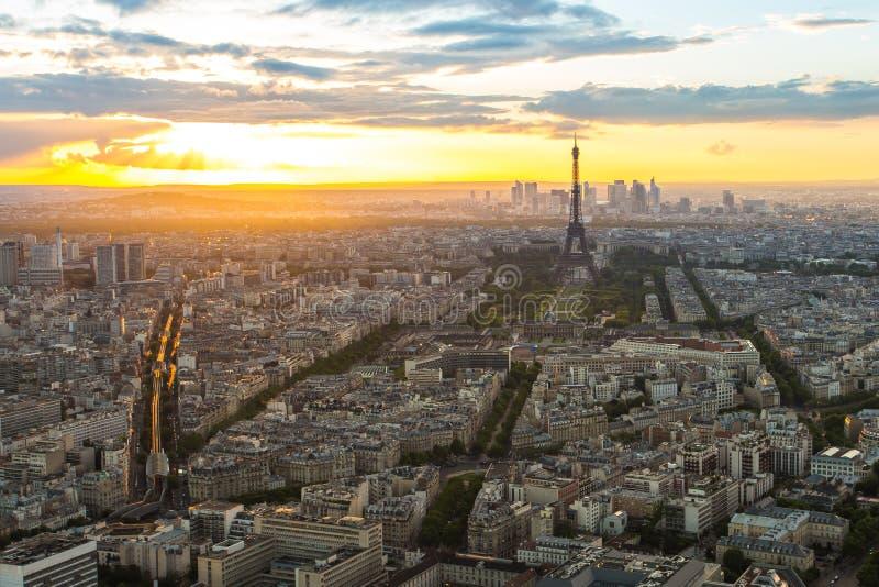 城市地平线日落视图与艾菲尔铁塔的在巴黎,法国 免版税库存图片