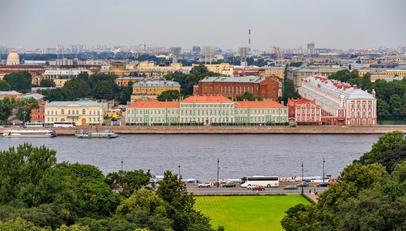 城市地平线的鸟瞰图与河内娃大学堤防的在圣彼德堡,俄罗斯 库存图片