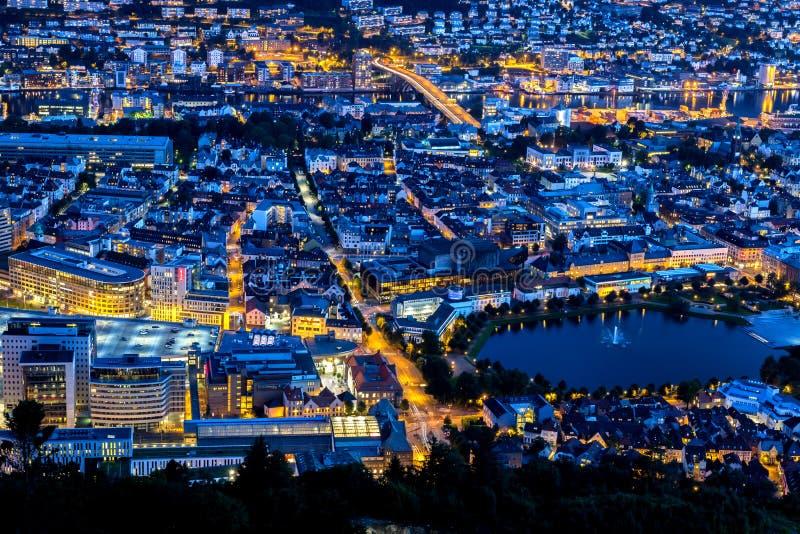 城市场面有卑尔根中心鸟瞰图在晚上 免版税库存图片