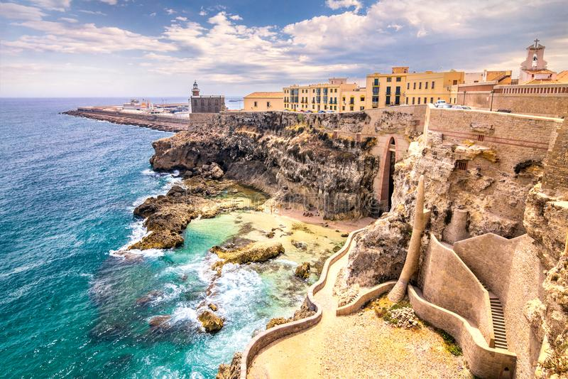 城市墙壁、灯塔和港口在梅利利亚 免版税库存照片