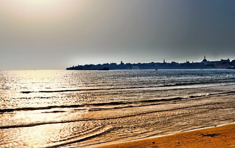 城市墙壁,钓鱼海港的全景和老城市地平线,在英亩Akko 库存图片