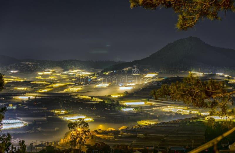 城市夜一个谷的光场面在大叻市 图库摄影