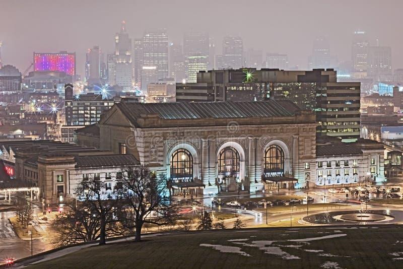 城市夜间堪萨斯多雨地平线冬天 免版税库存照片