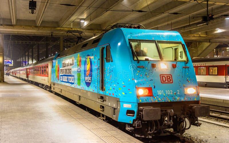 城市夜间线路火车向巴塞尔SBB驻地的布拉格 免版税库存照片