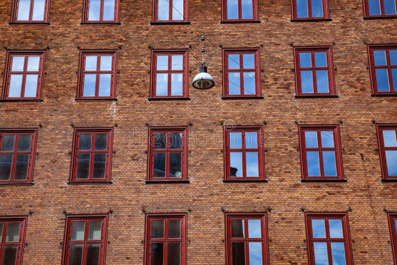 城市大厦有窗口的砖墙充分的框架  免版税库存照片