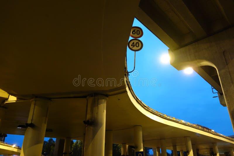 城市天桥在晚上 库存图片