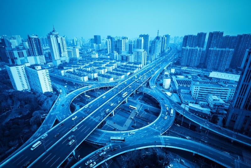 城市天桥在有蓝色口气的上海 免版税图库摄影
