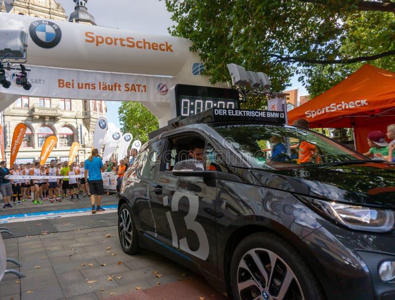 城市奔跑2016年,开始与一辆电动操作的指南车的栅格 库存照片