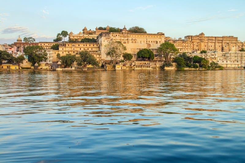 城市宫殿和Pichola湖在乌代浦,印度 库存照片