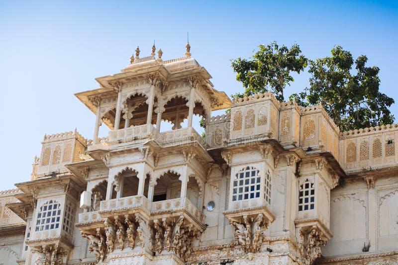 城市宫殿和Pichola湖在乌代浦,拉贾斯坦,印度 免版税库存图片